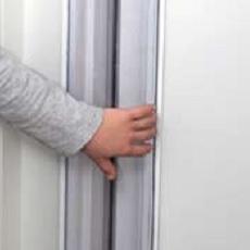 IHPRSU113_Detalle-Protector-puerta-salvadedos-transparente